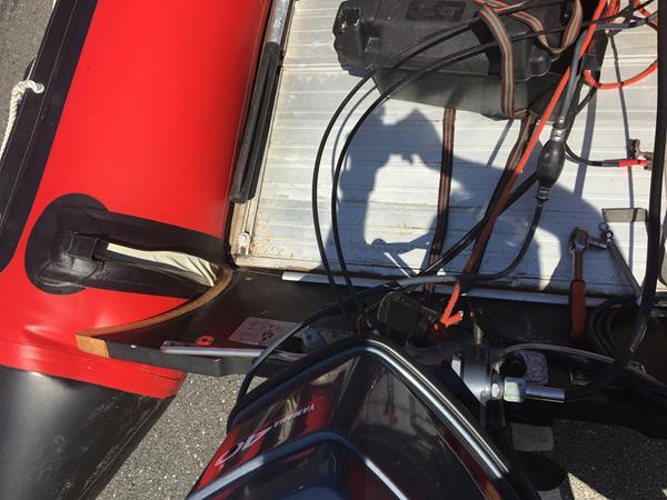 Motorplade gået løs på gummibåd