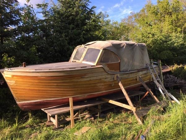 Kender nogen denne motortræbåd?