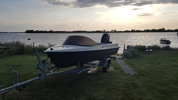 Hvilket mærke er denne båd?