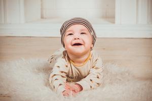Få din baby til at grine