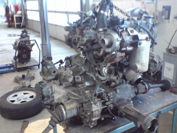 """Tilstoppet oliesi - """"ny"""" brugt motor ses i baggrunden billede 17"""