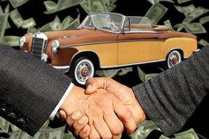 Bilforhandler hjælper med at finde den rette bil
