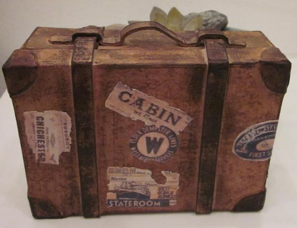 Gammel slidt kuffert. - Skrevet af First-name Last-name .