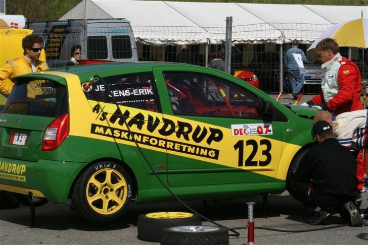 Citroën C2 VTS - Air-jacks´ne er aktiveret og der er klar til at blive skiftet dæk    28/4 2007 billede 2