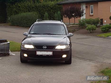 Opel Vectra B Wagon **Solgt** - Alle pære i fronten er Phillips BlueVision, det giver et kanon lys. Havde også øjnskygger på, det skal den have igen !! billede 9