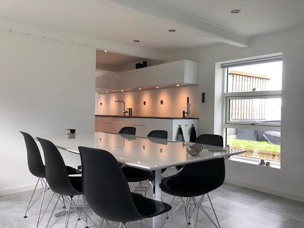 Lampe til spisebord i meget lavloftet hus
