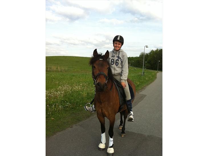 Min perfekte pony :-* - Med mor en tur skoven :-)