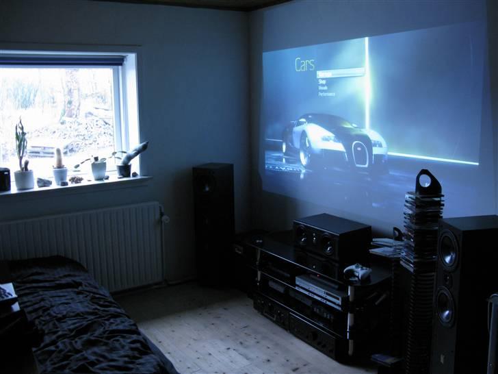 """Hjemmebiograf Marantz og Qln - projektoren lyser et 80-88"""" billed på den udspartlede væg.  billede 18"""