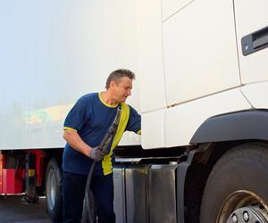 Pressede lastbilchauffører tisser i flasker
