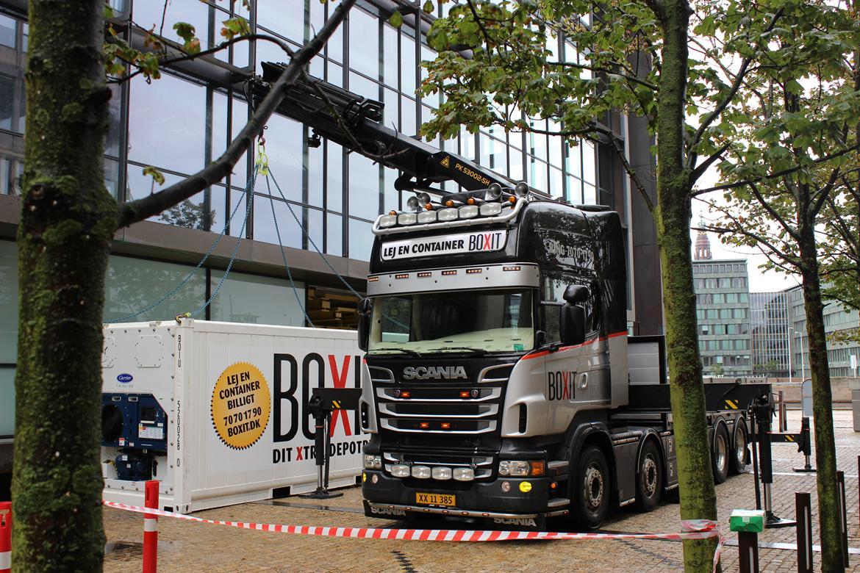 Scania R 560 Topline 8x2 - Der læsses af hos Nordea v. Knippelsbro. billede 2