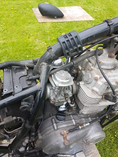 Hvorfor går der en slange fra min motor til luftfilteret?