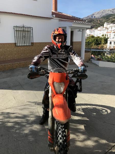 På enduromaskine i Spanien