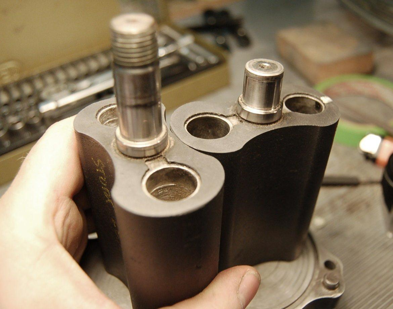 Nimbus Bonneville Special - Her kan man se hvad der foregår inden i kompressoren. Det er ikke raket-videnskab. To skovlhjul der drejer rundt og pumper luft ind i indsugningen. billede 10