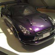 Bil Nissan GT-R på en Tamiya TT-01 D/E