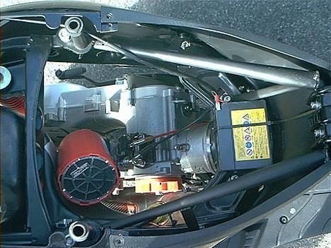 Piaggio Zip SP LC Solgt - Sædekassen er fjernet. Istedet er lavet et stativ for at ku komme lettere til motoren. billede 8