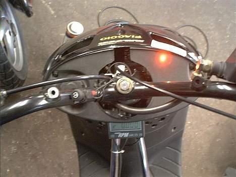 Piaggio Zip SP LC Solgt - Benzinlampe, som lyser op når der er to liter benzin tilbage i tanken. billede 16